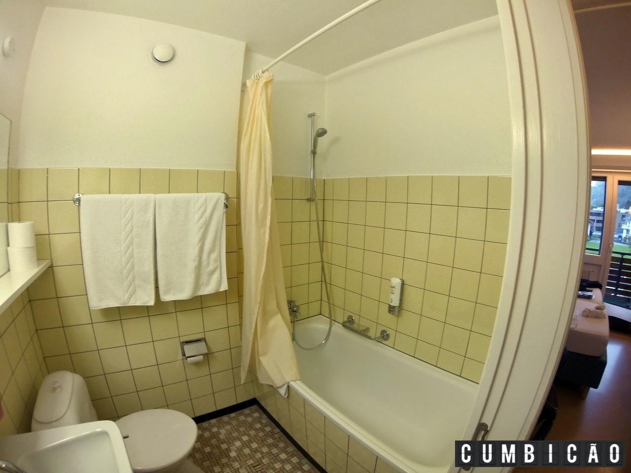 banheiro é limpo mas parece super antigo. #31679A 1280 960