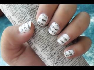 Uñas decoradas con periódico