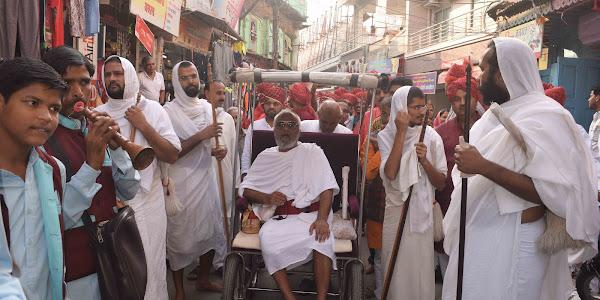 प्रभु एवं गुरु प्रतिमा की निकली ऐतिहासिक शोभा यात्रा नुतन प्रतिमाओं का महावीर बाग मंदिर में हुआ प्रवेश