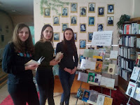 Studentii la expozitie catre Ziua nationala a poieziei