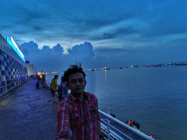 Senja di laut Surabaya