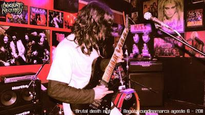 Musico de metal Colombiano tocando en un bar