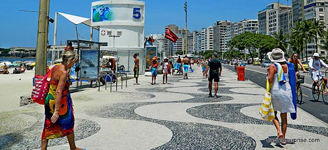 Armários e chuveiros para banhistas no Posto %, Praia de Copacabana, Rio de Janeiro
