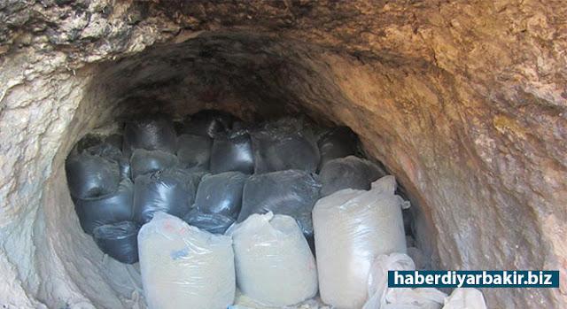 DİYARBAKIR-Diyarbakır'ın Hazro ilçesinde PKK adına uyuşturucu ekimi yapılan alanlara yapılan operasyon düzenlendi. Meşebağları ile Gözebaşı köyleri arasında bulunan bir mağaranın içerisinde gizlenmiş vaziyette 96 adet naylon torba içerisine konulmuş bir ton 877 kilo esrar ele geçirildi.