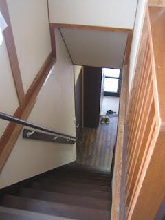 手摺りのついた階段