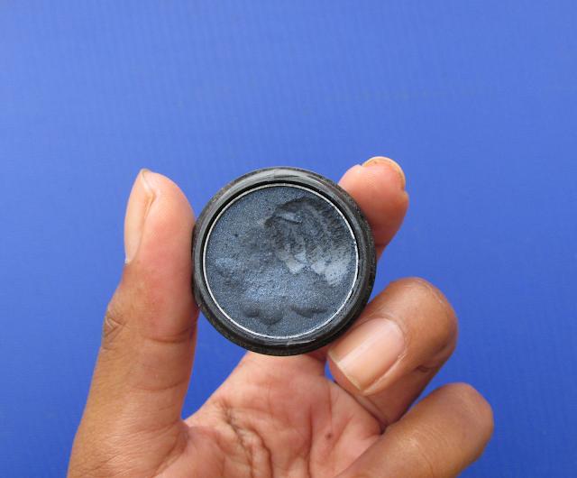 Sombra azul escuro, que será utilizada para fazer o delineador caseiro.
