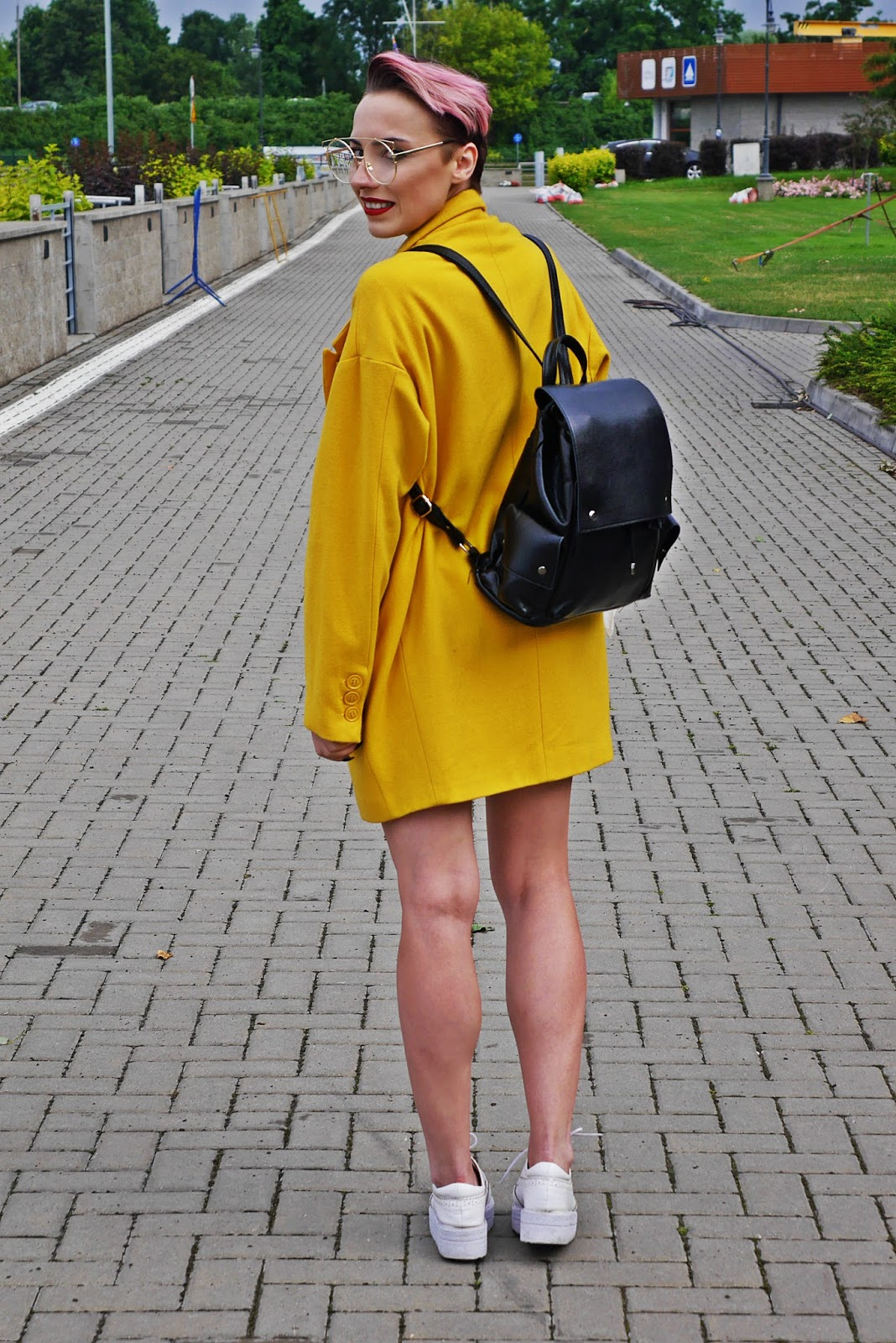 black_backpack_white_platform_shoes_yellow_coat_look_karyn_blog_060717bf