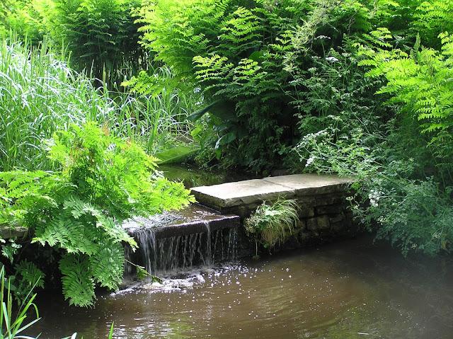 strumień i kaskada wodna