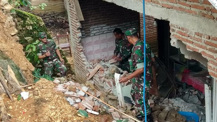 Koramil 04/Kayen Membantu Masyarakat Dalam Penanggulangan Bencana