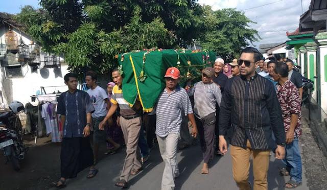 Prosesi pemakaman jenazah Pretty Asmara