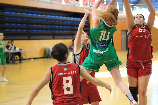 Baloncesto | Barakaldo EST festeja en la Herriko Plaza su presencia en la final para el ascenso