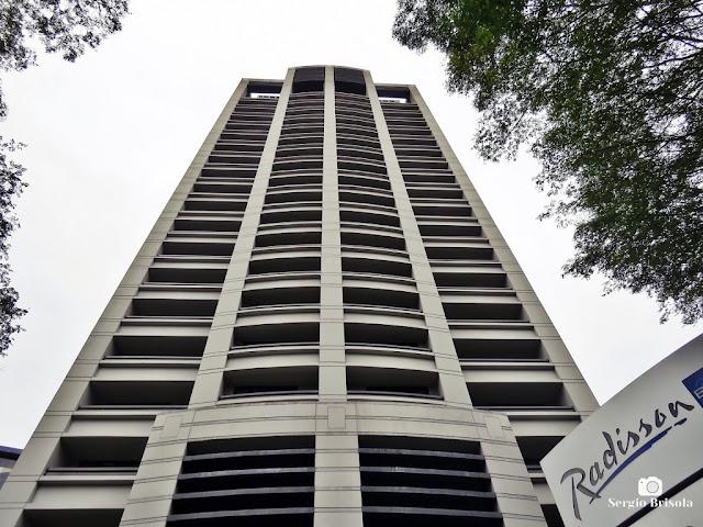 Perspectiva inferior da fachada do Hotel Radisson Blu São Paulo - Pinheiros - São Paulo