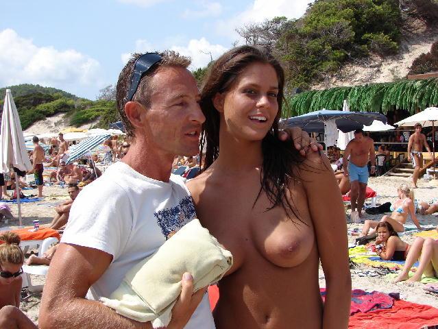 image Sexy nudista morena y su deliciosa amiga
