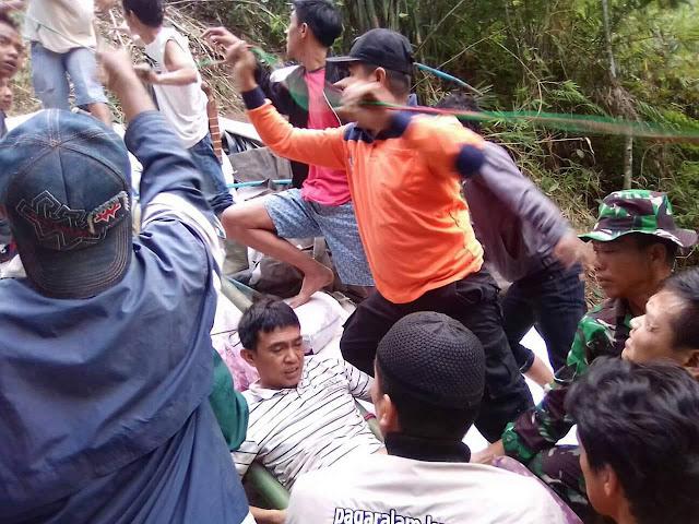 Hendak Kirim Barang,Truck Bermuatan KEMIRI Terperosok Ke Jurang Desa Lempaung