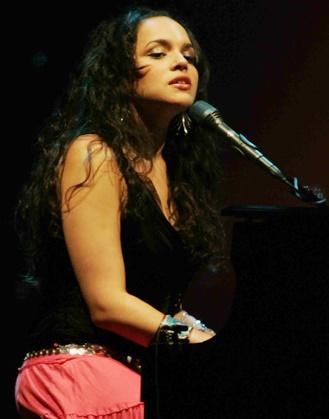 Foto de Norah Jones cantando en concierto