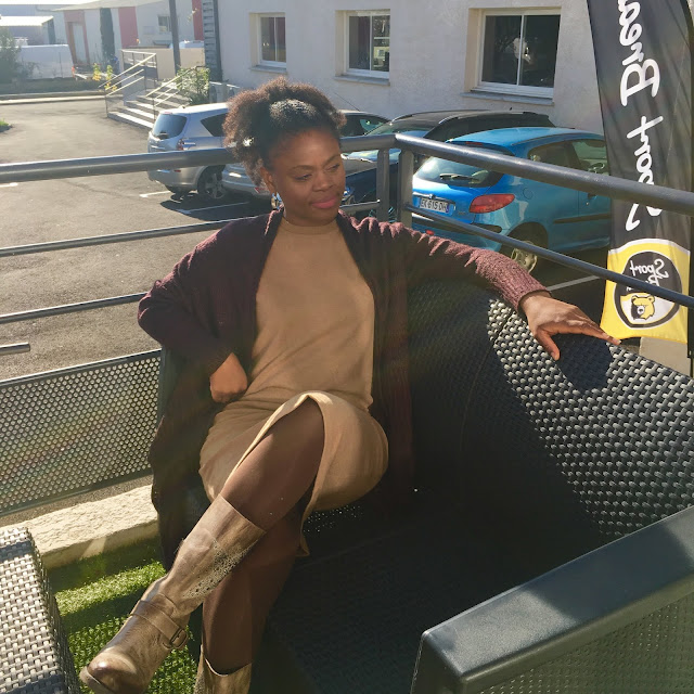 Robe pull camel zara, bottes larges camel, coiffure chignon avec extensions, extensions afro, clip-ins afro kinky hair