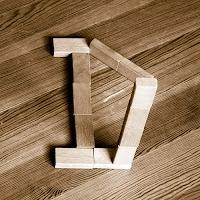 Takozlardan yapılmış D harfi