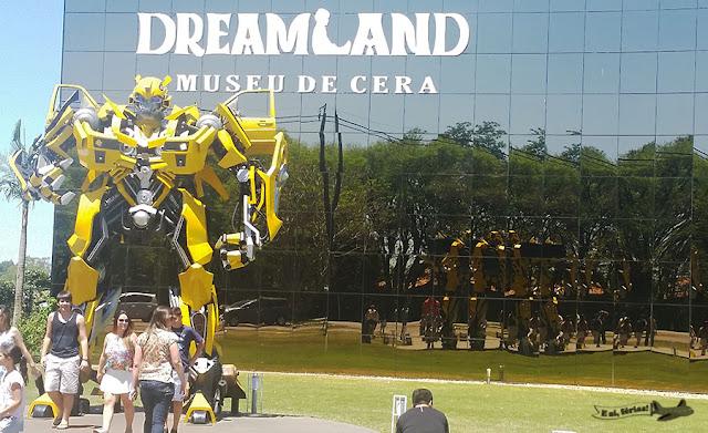 Bumblebee na fachada da DreamLand, museu de cera.