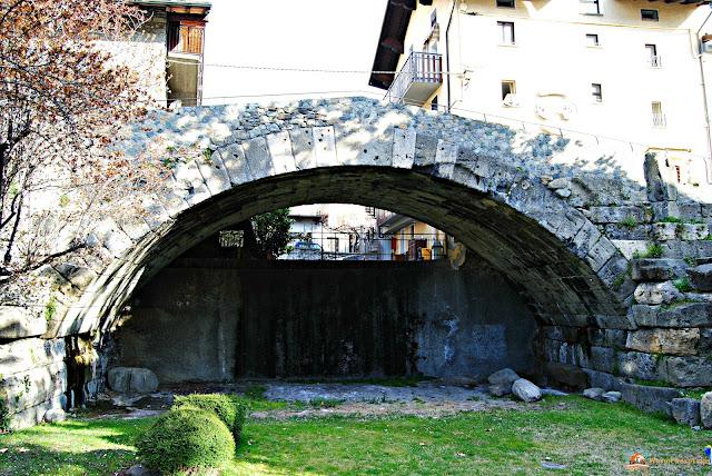Aosta, cosa vedere, ponte romano aosta, aosta in un giorno, itinerario ad aosta