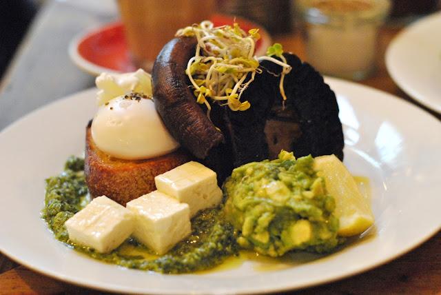 Silo Breakfast mit pochierten Eiern, Pesto, mariniertem Feta und Pilzen