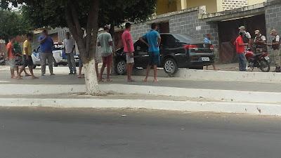 Brumado: Carro invade canteiro central na João Paulo I e bate em árvore