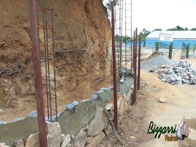Execução do muro de pedra rústica tipo pedra moledo na face da frente do muro e no enchimento com pedra rachão sendo muro de pedra com junta seca sem massa nas juntas.