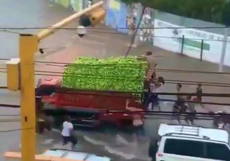 Video: Saquean camión cargado de guineos en Santiago