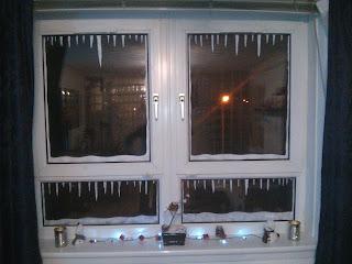 Karácsonyi ablakdíszítés műhó spray-vel