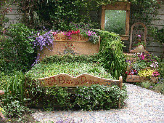 Un lit qui sert de jardin, avec des plantes et des fleurs