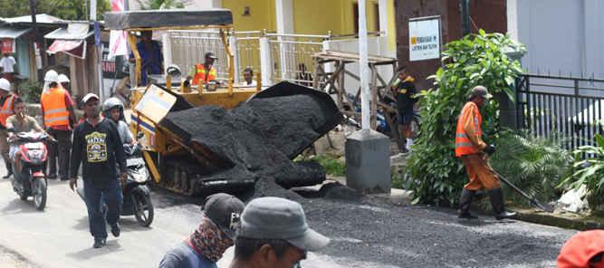 Pemerintah Kota (Pemkot) Ambon memprioritaskan perbaikan sejumlah ruas jalan yang rusak akibat bencana alam.