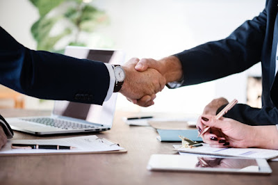 executivos apertando as mãos negócios