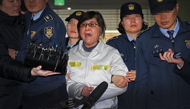 Choi Soon-sil grita a su llegada al interrogatorio