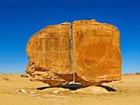 Misteri Batu Al Naslaa di Madinah Yang Terbelah Sempurna Seperti Ditebas Pedang