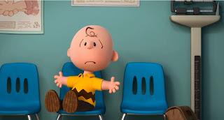 Charlie Brown sedang duduk memakai baju kuning