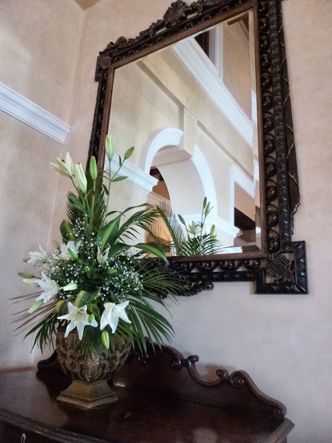Falaknuma Palace Images: flowers and a stately mirror