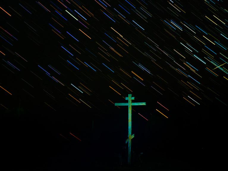 деревянный крест на фоне звёздного неба