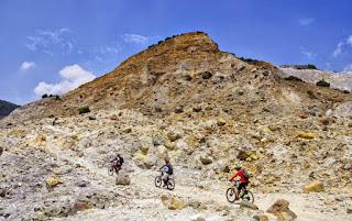 Bersepeda Di Kawah Gunung Papandayan Garut Jawa Barat