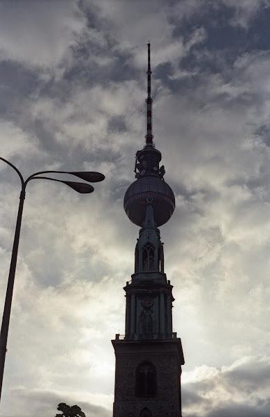Berlin, Alexander Platz, Alex, Marienkirsche, Sainte-Marie, Berliner Fernsehturm, tour de la Télévision, © L. Gigout, 1990