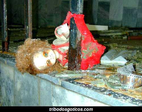 boneca quebrada abandonada