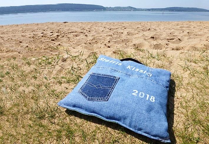 Lesekissen - Strandkissen - aus Jeans genaeht - am Strand - DIY vonKarin