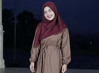 Woro Widowati Pakai Hijab Merah
