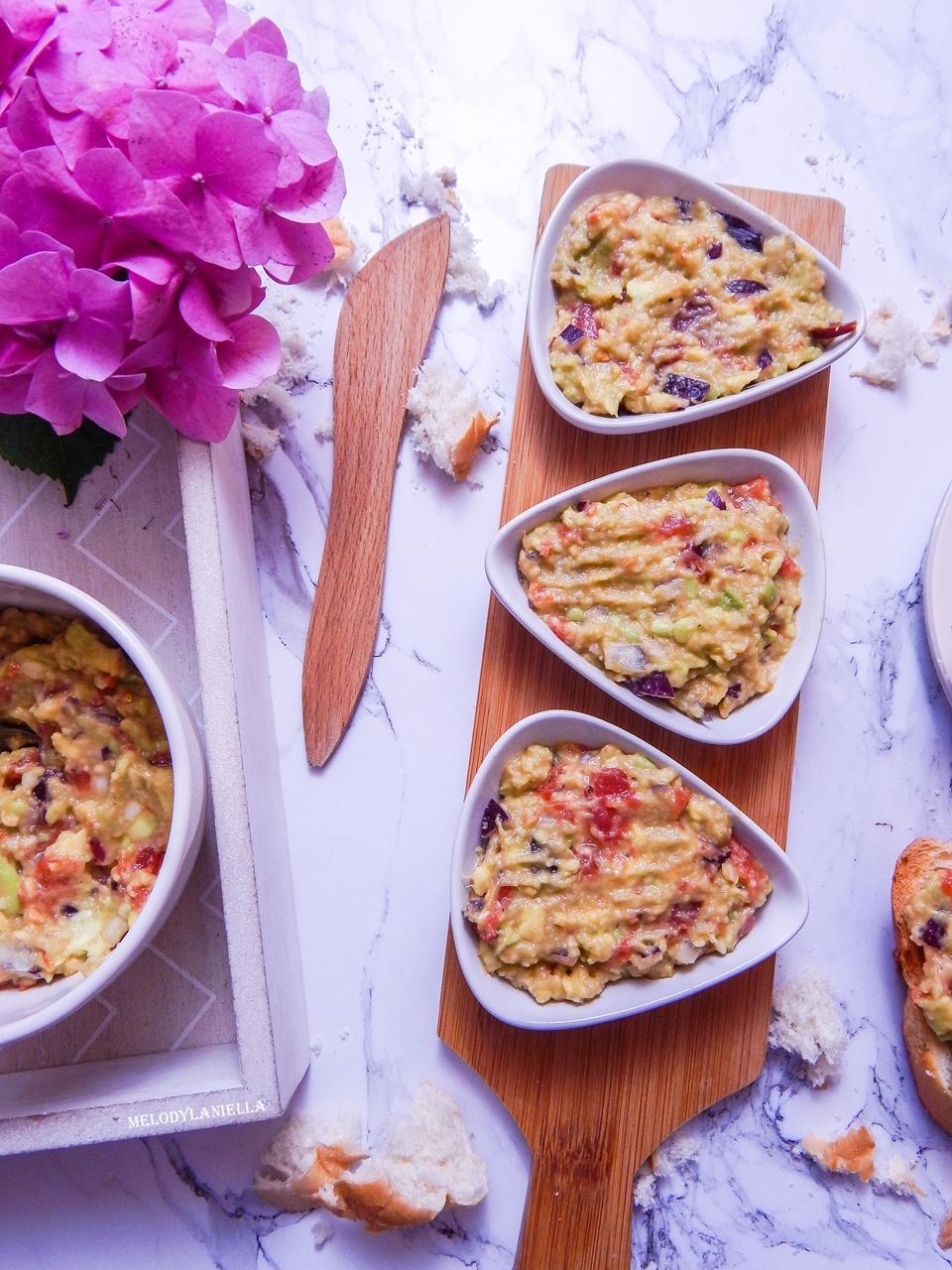 5 guacamole pasta z awokado pomidorami i czerwoną cebulą pasty nakapkowe przepis pomysły gotowanie pesto z awokado pomysły na kolację obiad zdrowe fit dobre tłuszcze pomysł na kanapki na drugie śniadanie-2