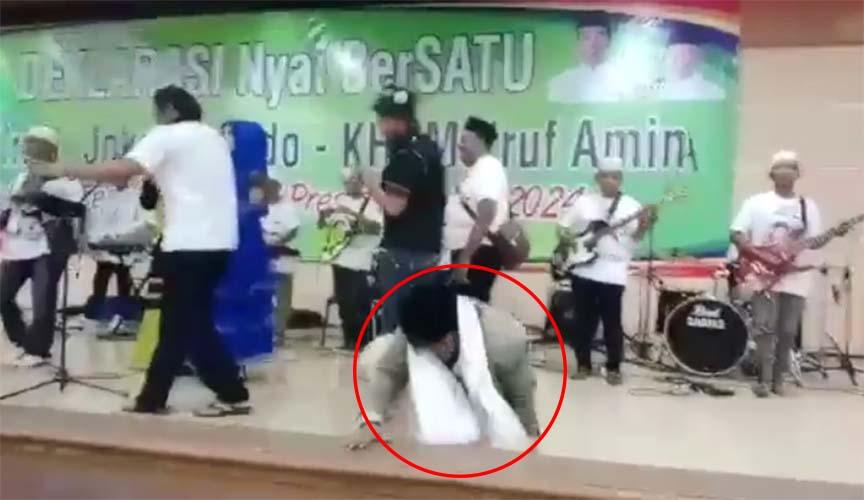 Terjatuh Saat Joget di Panggung Deklarasi Dukung Jokowi, Netizen: Itu Kyai atau Bukan