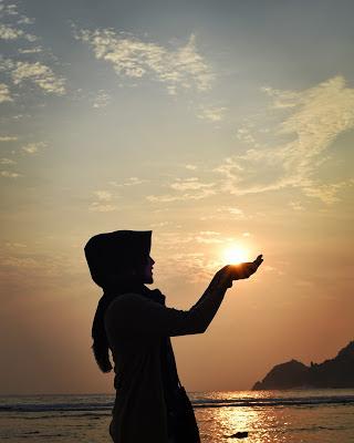 Sunset di Pantai Wediombo sangat indah dan terkesan romantis