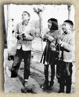 Πειραιάς, Νίκαια, 1965. Τα παιδιά τραγουδούν τα κάλαντα