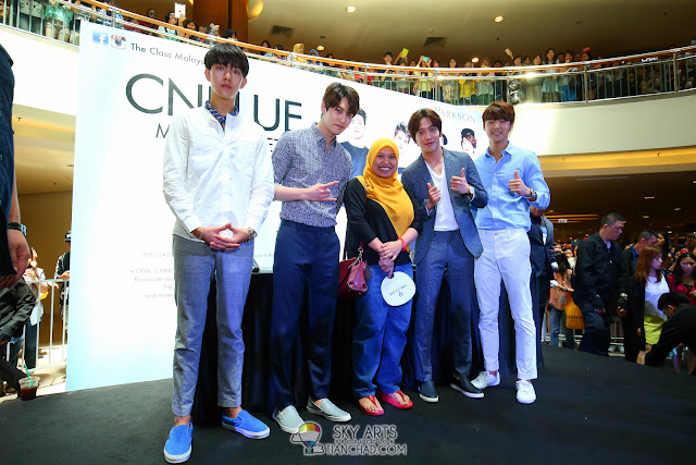 Lucky fans who got to take individual group photo with CNBLUE members. All thanks to The Class Malaysia Photo by Mango Loke