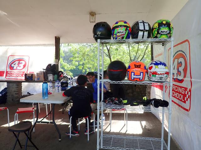 helm dan sarung tangan untuk balap motor