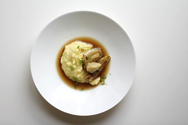 Beef tea (bone broth) mit Fenchel, Kartoffelpüree und Mus aus geräuchertem Knoblauch | Arthurs Tochter Kocht von Astrid Paul