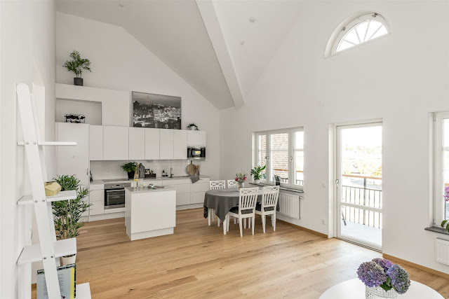 Amenajare scandinavă în alb și gri într-o mansardă de 66 m²
