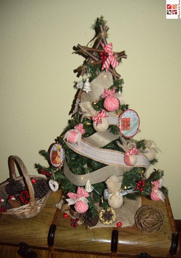 árbol de navidad con adornos rústicos